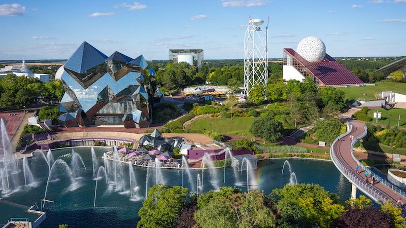 Parc de loisirs à thèmes scientifiques et techniques, le Futuroscope est le troisième en France en terme de fréquentation avec 1,830 million de visiteurs. La salle sera ainsi proche de la gare TGV, de l'autoroute, de la N10 et de six mille de places de parking.